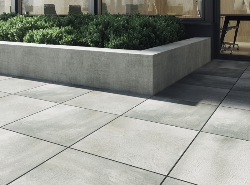 Porcelain paving in a garden